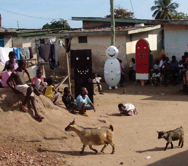 В Африке покойников хоронят в айфонах и кроссовках