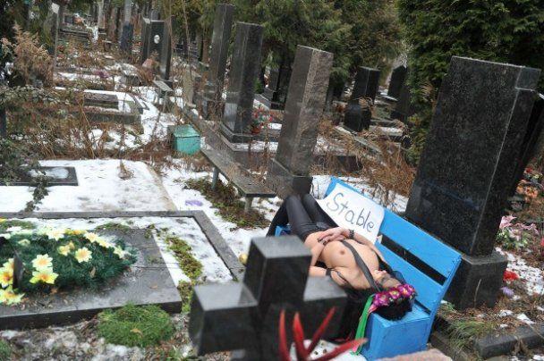 Голый протест FEMEN на кладбище