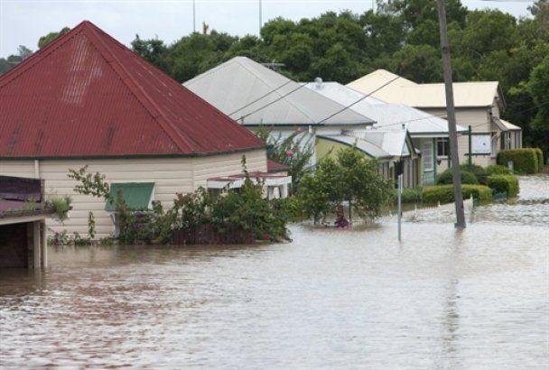 Наводнение в австралийском Брисбене достигло пика: дома под водой, число жертв растет