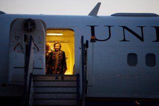 Госсекретарь США Хиллари Клинтон упала, садясь в самолет
