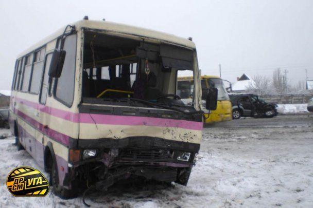 На Днепропетровщине машина столкнулась с автобусом: 1 человек погиб, 11 в больнице