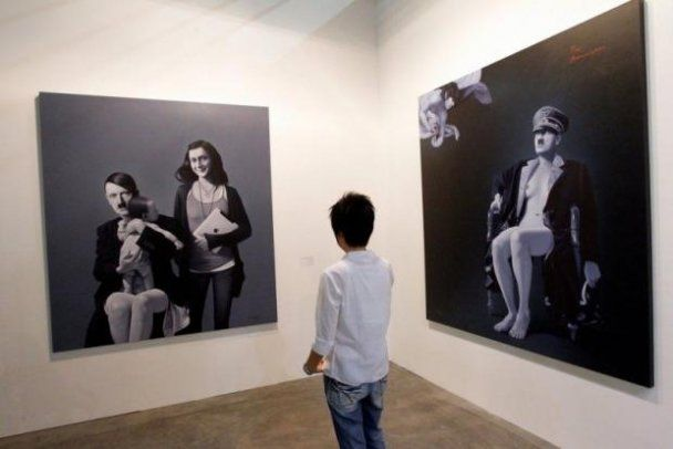 Художник зобразив Гітлера вагітним і з жіночими грудьми