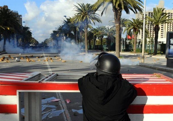 Анархия в Тунисе: вандалы сожгли центральный вокзал и тюрьму
