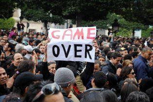 Триумф в Тунисе: после побега президента люди братаются с военными