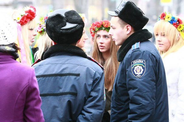 """Одетую активистку Femen арестовали за """"бесплатные объятия"""""""