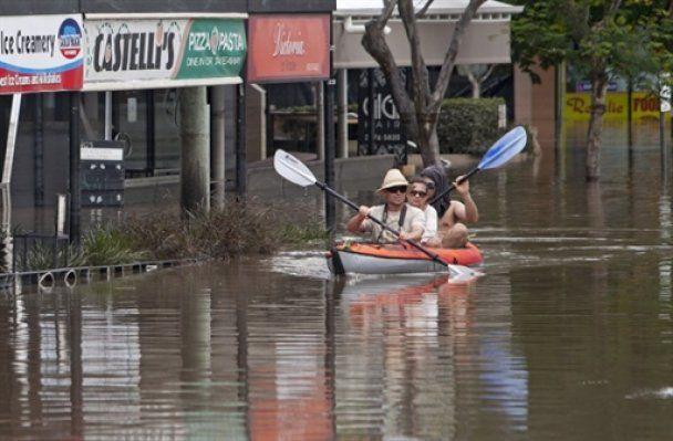 На улицах затопленных австралийских городов появились акулы
