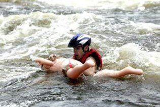 В Австралии спасли пару, которая сплавлялась по реке на секс-куклах