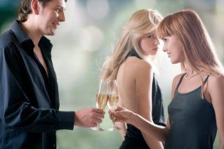 Противозачаточные таблетки делают женщин ревнивыми