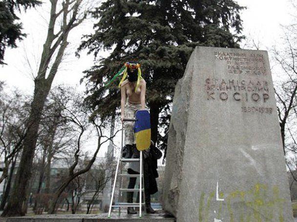 """Движение FEMEN провело топлесс-акцию """"Родина-мачеха"""""""