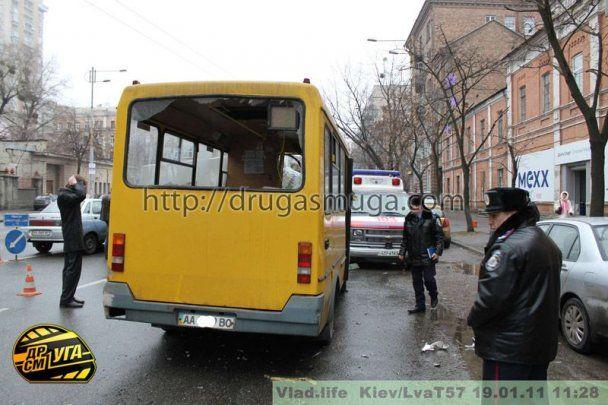 В Киеве маршрутка снесла 25 метров забора: разбито 6 авто, есть пострадавшие