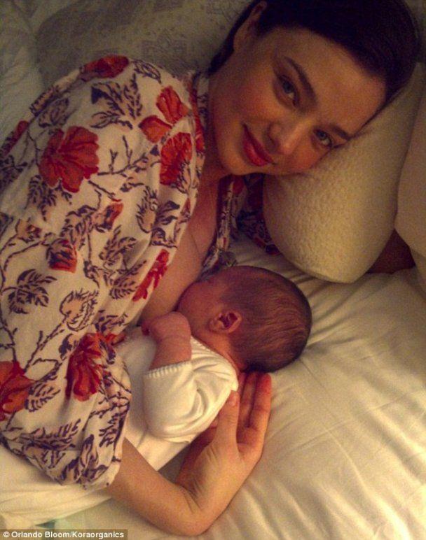 Орландо Блум сам гуляет с новорожденным сыном