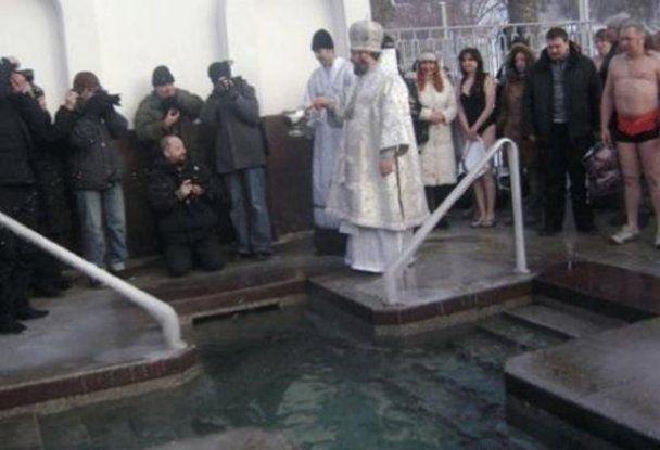 Добкин нырнул в ледяную прорубь, а Азаров - не рискнул