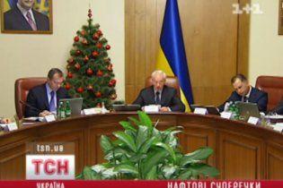 Азаров признался, что не знает, как снизить цену на бензин