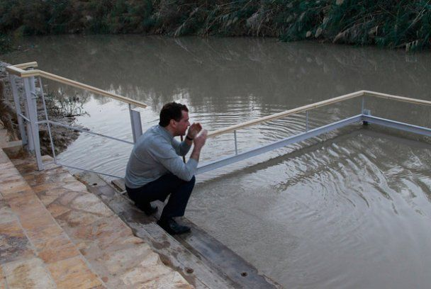 Медведев окунулся в Иордан на месте крещения Иисуса Христа
