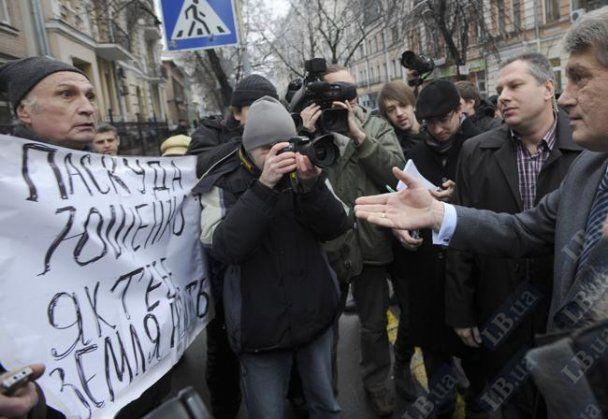 Ющенко під ГПУ розкричався на чоловіка, який назвав його паскудою