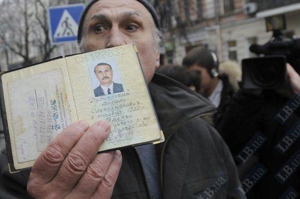 """Чоловіка, який назвав Ющенка """"паскудою"""", допитали і забрали паспорт"""