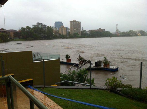 Австралийский Брисбен снова затопило: передвигаться можно только на лодках