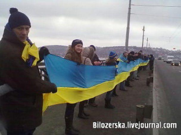 В Киеве мост Патона окружили студенты с флагами и песнями о Сагайдачном