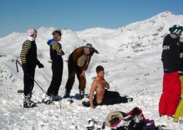 Студенти-лижники влаштували стриптиз на снігу, шокувавши своїх спонсорів