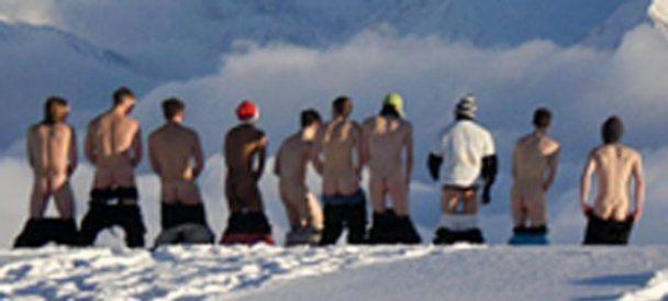 Студенты-лыжники устроили стриптиз на снегу, шокировав своих спонсоров