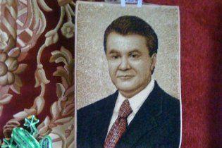 В Житомире предлагают вытирать ноги о коврик с Януковичем
