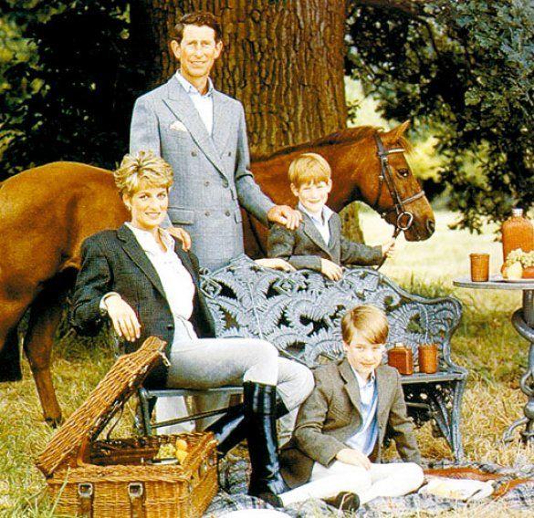 принцеса Діана з принцом Чарльзом та дітьми Гаррі та Вільямом