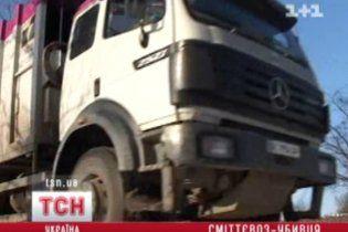 У Львові 12-річний хлопчик послизнувся, впав під сміттєвоз та був розчавлений