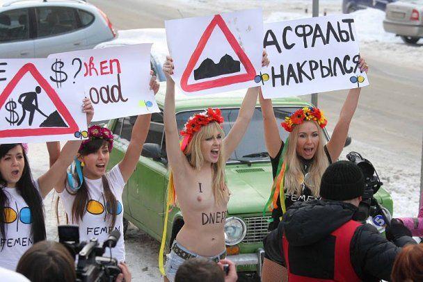 Активістки FEMEN роздяглись заради доріг