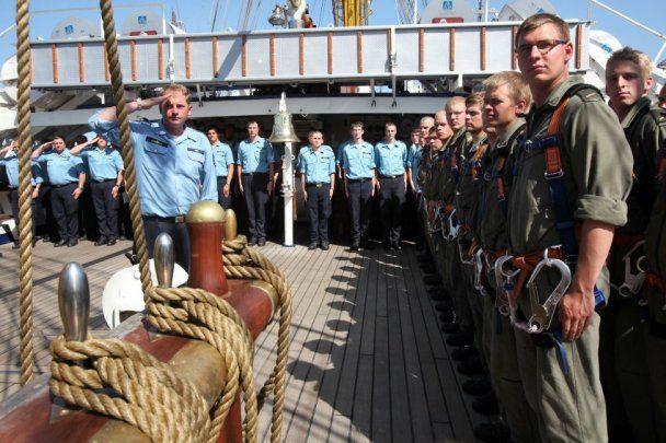 Скандал навколо німецького судна: військові пиячили без просипу і домагались курсантів