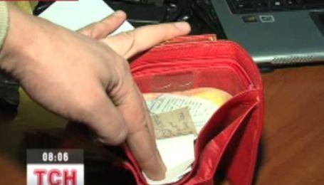 Женский кошелек выдал троих грабителей
