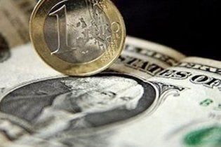 Украинцы активно запасаются долларами и евро