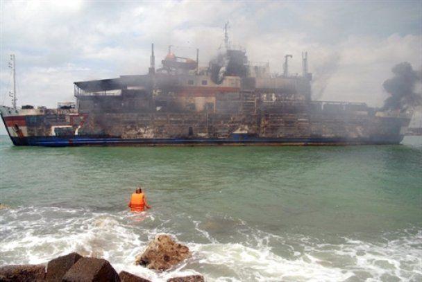 Біля берегів Яви згорів заповнений пасажирами пором, є жертви