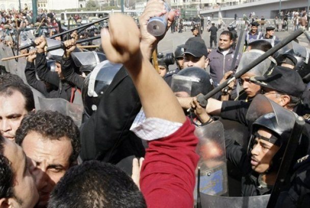 У Каїрі пролилася перша кров: троє вбитих, десятки поранених