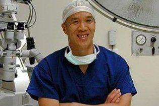 Австралійський нейрохірург продавав квитки на операції з аукціону
