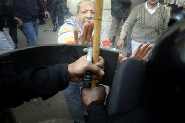 Беспорядки и пожары охватили весь Египет: против людей танки и БТРы
