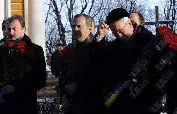 Янукович с Азаровым почтили героев, погибших под Крутами