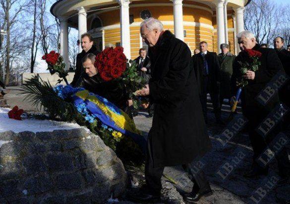 Азаров вшанував героїв Крут_4