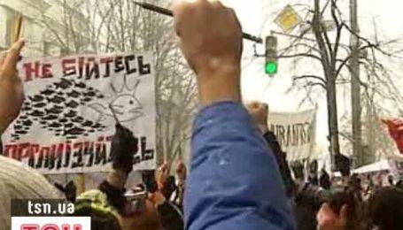 Студенческий митинг под Радой - депутатов забросали конспектами