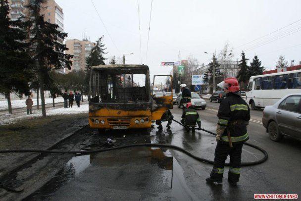 В Житомирі загорілася маршрутка: люди вистрибували з вікон