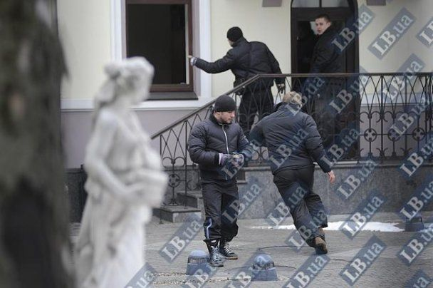 У центрі Києва озброєні чоловіки відкрили стрілянину