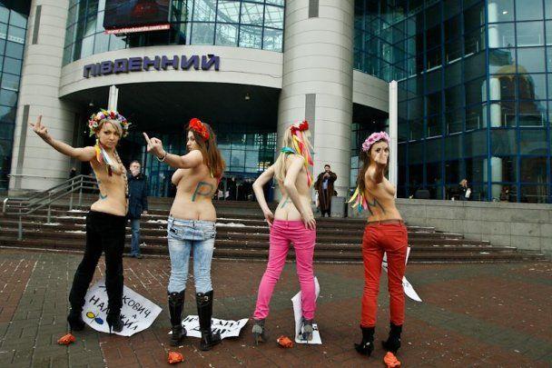 FEMEN вспомнили заявление Януковича о женщинах и в ответ сняли штаны