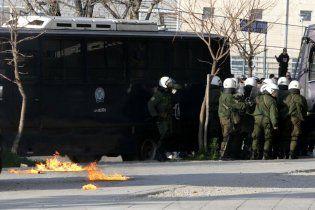Греческие футбольные фанаты разгромили и сожгли театр