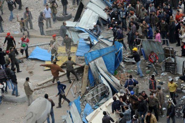 Єгиптяни кидаються під танки: соратники Мубарака пішли у відставку