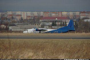 Літак не вписався у злітну смугу і виїхав на городи