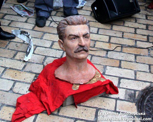 Националисты разбили голову Сталину: теперь очередь голов Ленина и Табачника (видео)
