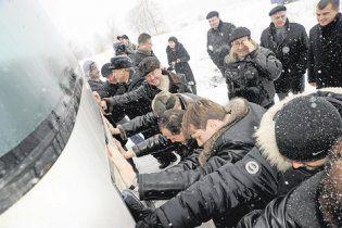 Харківські депутати штовхали під гору несправний автобус