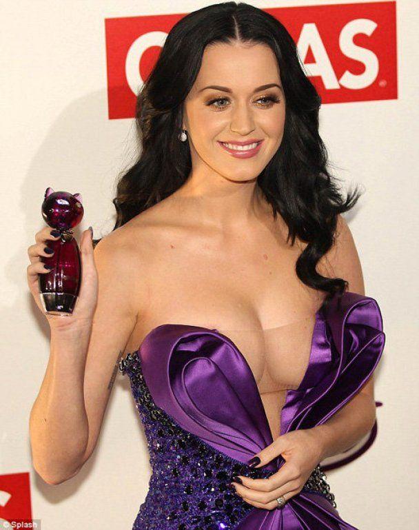 У Кэти Перри грудь едва не выпала из платья