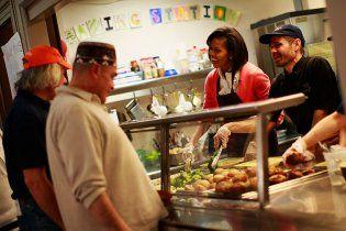 Ярый борец с ожирением Мишель Обама накормила своих гостей бургерами