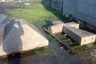 В Кривом Роге разбили кувалдой памятник борцам за волю Украины