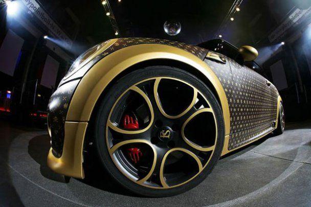Німці створили унікальний MINI Cooper у шкірі та позолоті